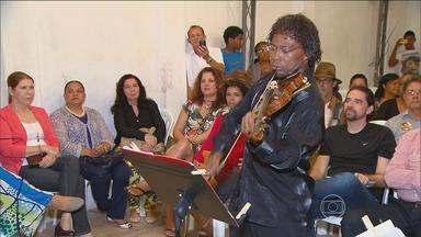 Maestro Israel de França faz apresentação para futuros alunos - Músico fundou um instituto onde vai ensinar jovens, no bairro de Peixinhos, em Olinda.