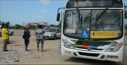 Homem pula de ônibus em movimentos para fugir de assaltantes em João Pessoa - Os bandidos que assaltaram o coletivo conseguiram fugir.