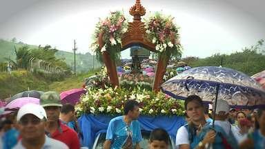Peregrinação a Aparecida atrai milhares de romeiros - Fiéis participam de peregrinação em comemoração ao Dia de Nossa Senhora Aparecida, Padroeira do Brasil. Os romeiros percorreram 6 km até o município que leva o nome da santa.