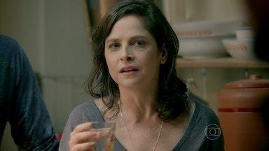 Cora implica com Vicente - Megera afirma que não teve pesadelo e obriga o namorado de Cristina a pagar pela porta que arrombou durante a noite