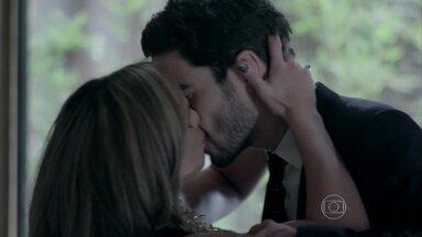 Amanda beija José Pedro - Danielle ouve Maria Marta ao telefone com Maurílio e comenta com o marido