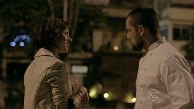 Maria Clara elogia Vicente - Enrico reclama de Cláudio para a noiva