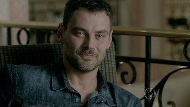 Maurílio convida Maria Marta para jantar em seu quarto - Ricaça fica impressionada com a sofisticação do rapaz