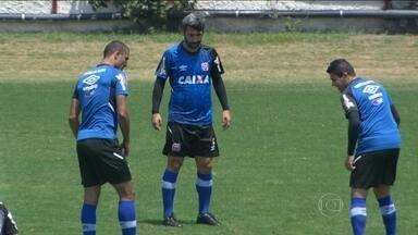 Com Douglas, Vasco realiza último treino antes de partida contra Santa Cruz - Meia treinou normalmente e deve jogar.
