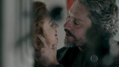 José Alfredo não resiste aos encantos de Maria Isis - Comendador agarra a amante antes do primeiro dia de trabalho da garota