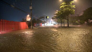 Chuva causa alagamentos e acidentes na Região Metropolitana de BH - Ônibus bateu no bairro Salgado Filho, na Região Oeste da capital.