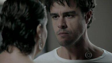 Fora de si, Enrico diz a Beatriz que quer morrer - Chef não aguenta pressão depois de escândalo na despedida de solteiro