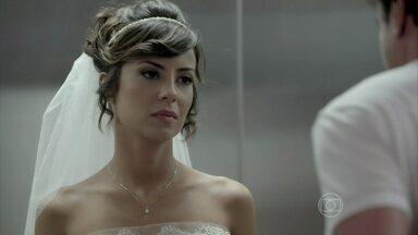 Maria Clara desiste de se casar com Enrico - Chef pede casamento reservado, mas é humilhado pela designer de joias