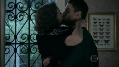 Maurílio agarra Marta no banheiro da casa de Cláudio - O biólogo aparece de surpresa e tranca a porta
