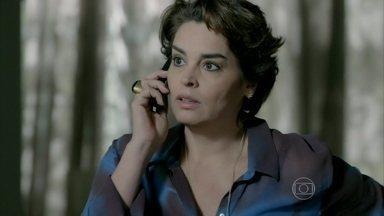 Enrico liga do aeroporto para Beatriz e Cláudio se irrita - Cláudio chama o filho de patético e contraditório
