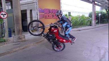 Grupo Domínio e Ousadia dá até cambalhotas em cima de motos - Acrobacias em cima de duas rodas impressionam
