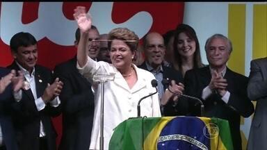 Dilma Rousseff pede união e diz que está disposta ao diálogo - Reeleita, Dilma recebeu 51,64% dos votos. Ela entra para a história como a primeira mulher presidente reeleita do Brasil. No discurso, Dilma Rousseff disse que a eleição não dividiu o país e que o momento é de união.