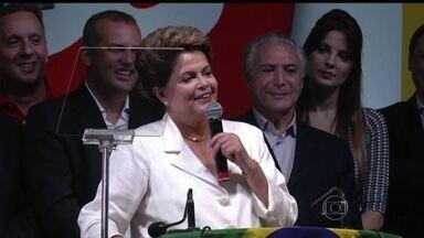 Dilma Rousseff vence a eleição mais acirrada da história da democracia brasileira - Durante três horas, apenas 30 técnicos tinham acesso aos números da eleição, por causa do fuso horário do Acre. Eles ficaram isolados, sem acesso a celular, numa sala do TSE. Às 20h30 deste domingo (26), foi anunciada a vitória de Dilma Rousseff.