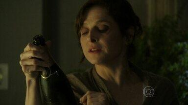 Cora bebe, sai na rua e não percebe que está sendo seguida - Tia de Cristina toma garrafa de champanhe sozinha