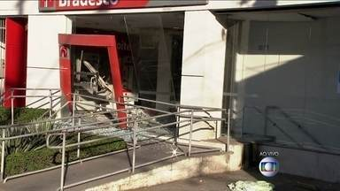 Bandidos explodem dois caixas eletrônicos na Zona Norte de São Paulo - Os assaltantes atravessaram um ônibus biarticulado na rua para impedir a aproximação da polícia. Os criminosos conseguiram fugir.