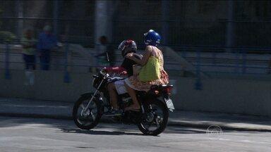 Cresce solicitação do serviço de mototáxi entre cariocas - No Rio, o serviço de mototáxi já não é exclusividade das favelas. Agora, avança em outras áreas que enfrentam trânsito pesado. O problema é que esse serviço não é regulamentado, e nem sempre segue as normas de segurança.