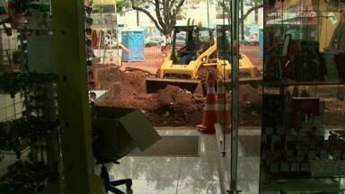 Obras de ampliação da rede de água e esgoto atrapalham comércio - Lojas no centro de Cascavel perdem movimento por conta do trabalho da Sanepar.
