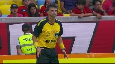 CBF decreta fim do árbitro adicional da linha de fundo para o Brasileirão 2015 - Função vêm sendo muito contestada por clubes e jogadores. Papel será mantido na Copa do Brasil, mas apenas a partir das oitavas de final.