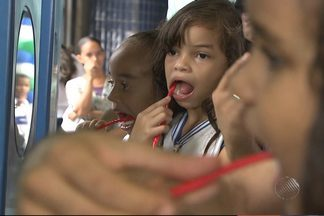 Crianças aprendem com personagens a como cuidar dos dentes - A fada do dente e o bruxo da cárie estiveram por lá para mostrar para a garota, por exemplo, a maneira certa de escovar os dentes.