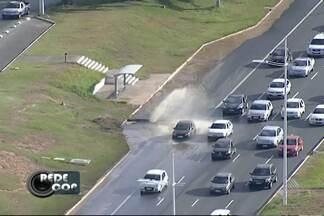 Vazamento de água em pista deixa o trânsito lento na Av. Paralela - Rompimento foi de uma adutora em frente que fica perto do Wet'n Wild, em Salvador.