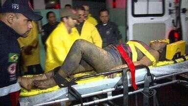 Após 6 horas presa em escombros, mulher é resgatada em Vitória - Uma encosta desabou e atingiu uma casa, na noite desta quinta-feira (30).Vítima foi resgatada com vida e foi levada para hospital São Lucas.