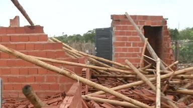 Temporal causa estragos no Norte de Minas - Vento forte destruiu casas e arrancou árvores, causando muitos prejuízos.