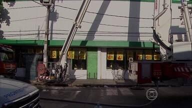 Defesa Civil vistoria supermercado após incêndio e diz que não há risco de desabamento - Loja em Afogados amanheceu fechada nesta sexta-feira.
