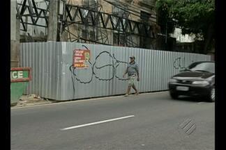 Em Belém, reforma de casarão histórico ocupa calçada - Obra obstruiu toda a passagem dos pedestres nesse trecho da via.