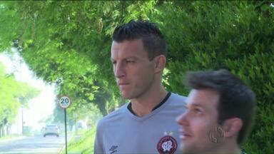 Gustavo é recente no elenco, mas já ganha confiança no Atlético-PR - Zagueiro chegou há pouco tempo, mas já ganhou a confiança dos outros jogadores do time