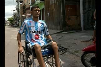 Após acidente indo para jogo, torcedor do Papão usa clube para superar trauma - Édson Cássio perdeu os movimentos das pernas, após acidente de carro indo para Paragominas. Agora, torcedor recuperou vontade de ir ao estádio.