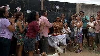 Moradores fazem comemoração para atraso de obra de posto de saúde, em Fortaleza - Obra está atrasada há quase um ano.