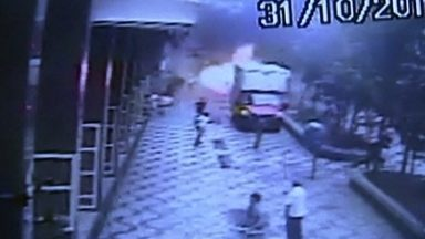 Explosão de bueiro provoca ferimentos em duas pessoas na Avenida São Luís - Veja o momento exato da explosão gravado por uma câmera de segurança.