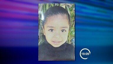 Menina de nove anos morre enforcada em escola de Caraguatatuba, SP - Caso foi na noite desta quinta-feira (30) em uma escola no bairro Tinga. Ela foi encontrada com o tecido usado para atividades acrobáticas no corpo.