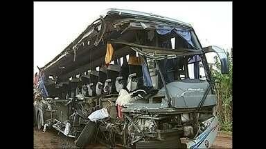 Testemunha fala sobre acidente com ônibus que matou 13 pessoas - O depoimento de um caminhoneiro, que prefere não se identificar, disse que estava na estrada e atrás do caminhão que pegou fogo após a batida com o ônibus de estudantes ainda não foi à polícia por medo de represálias por parte dos envolvidos.