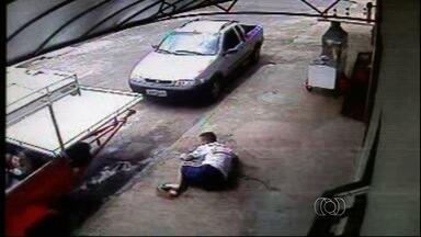 Parentes de desaparecidos em Anápolis acreditam que crimes tenham sido cometidos por PMs - Polícia divulgou um vídeo em que três homens aparecem encapuzados e atirando em um rapaz.