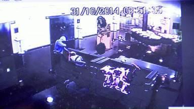 Polícia prende jovem suspeito de assaltar pessoas num velório em Marialva - Dois homens invadiram o velório de madrugada e as câmeras de segurança registraram o crime