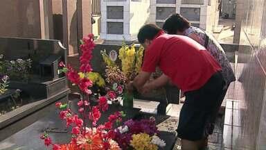 Aumenta procura por flores para o Dia de Finados - Consumidores estão pagando mais caro neste ano; é grande o movimento em lojas e floricultura em Ponta Grossa