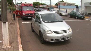Idoso é atropelado na faixa de pedestre por carro da prefeitura - O aposentado teve ferimentos leves. O motorista não tinha triângulo de sinalização no carro e pegou o equipamento emprestado.