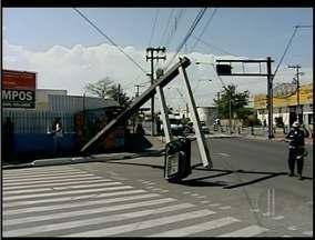 Ventania causa estragos em Campos, no RJ - Um poste com semáforo caiu e parou o trânsito por algumas horas.