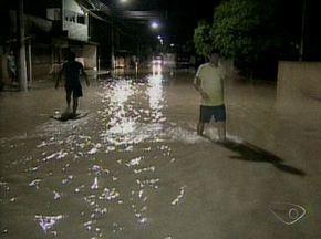 Chove mais de 300 milímetros em um dia no distrito de Guaraná, em Aracruz, no Norte do ES - Ruas, casas e escola foram invadidas pela enchente. BR-101 ficou interditada por mais de cinco horas.