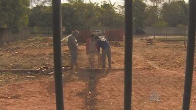 Terreno para construção de quadra em escola começa a ser ocupado - Em Santana, um terreno onde deveria ser construída a quadra esportiva de uma escola está sendo ocupado. Uma casa começou a ser levantada na área.