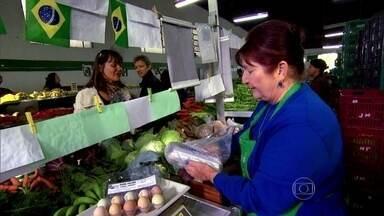 Freguesa de feira orgânica vira produtora e faz sucesso com produtos - Clientes de feira orgânica acreditam que ovos de galinhas jovens fazem bem para o cérebro e que bananas verdes limpam o açúcar do sangue.