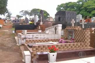 Véspera do Dia de Finados começa com movimento em alguns cemitérios do Alto Tietê - Quem não teve tempo para preparar os túmulos durante a semana, aproveita o sábado para fazer isso.