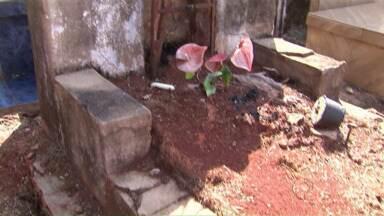 Prefeitura está de olho em túmulos abandonados - Veja também os preparativos para o dia de finados
