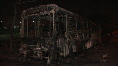 Vândalos colocam fogo em ônibus na região de Guaianazes, na Zona Lesta da capital - O ônibus da Viação Expresso Transporte estava parado no ponto final quando seis homens armados e encapuzados mandaram o motorista e a cobradora descerem e colocaram fogo no veículo. Ninguém ficou ferido.