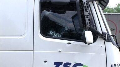 PMs ficam feridos durante tentativa de roubo em Jundiaí - Os ladrões roubaram um caminhão e ao parar em m posto de gasolina, trocaram tiros com os policiais militares. Os assaltantes feriram os policiais e fugiram.