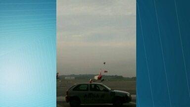 Balão cai em avião no Aeroporto de Cumbica - O avião seguia para o pátio de manobras para se preparar para a decolagem quando o balão ficou preso na parte de trás da turbina. A assessoria de imprensa da Gru Airport, que administra o aeroporto, disse iria apurar o acontecido.