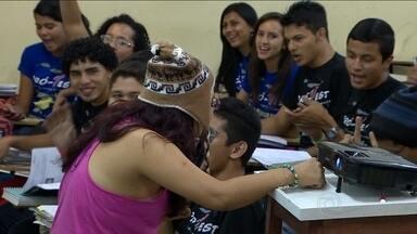 Mais de 200 alunos estudam de madrugada em Manaus - Na reta final de preparação para a prova do Enem, muito aluno vira a noite estudando. Em Manaus, mais de 200 estudantes passaram a madrugada em um estudo intensivo.