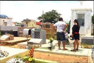Cemitérios de Juazeiro do Norte tem movimentação intensa no Dia de Finados - Missas e comércio de rosas e velas movimentaram o feriado.