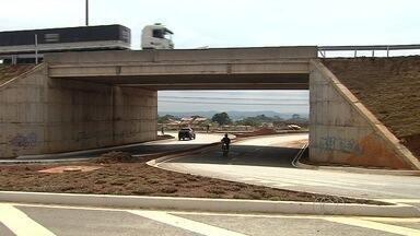 Motoristas e pedestres reclamam de viaduto na BR-153 em Goiás - Segundo os moradores da região, as alças de acesso ao viaduto complicam a vida do motorista que trafega por ali.